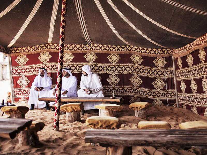 Arabieren in een tent in de emiraten.
