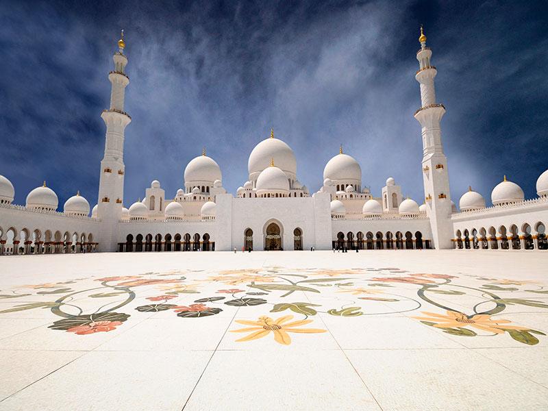De enorme moskee in Abu Dhabi kunt u op dag 6 van de autorondreis bezoeken.