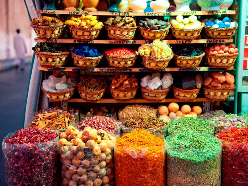 In de soukhs in de emiraten zijn veel geuren en kleuren.