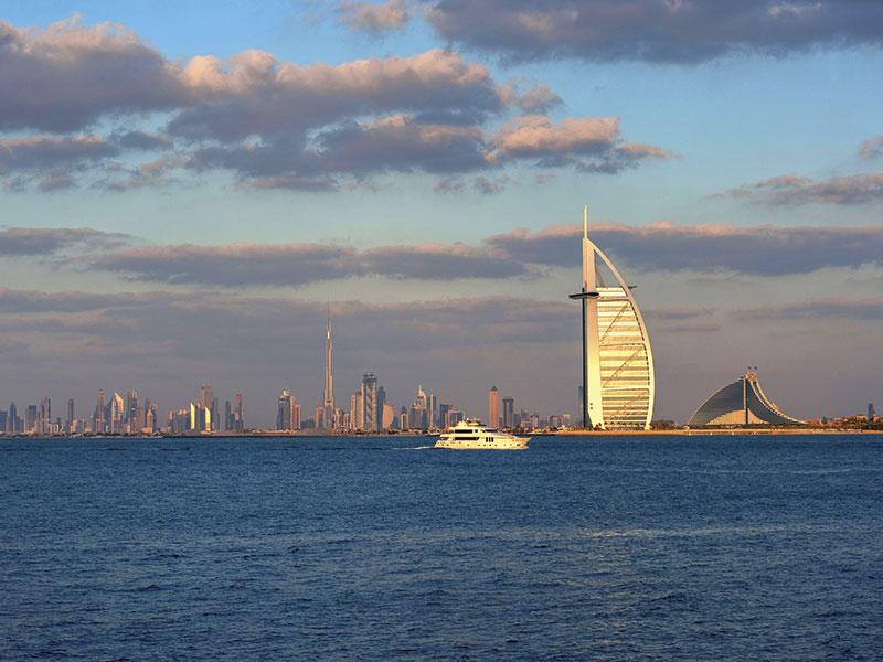 De Skyline van Dubai gezien vanaf het water