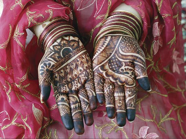 Op bijzondere dagen doet men in Oman henna op de handen.