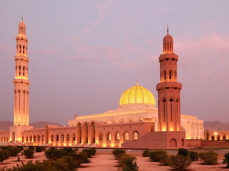 De enorm grote Al Qaboos moskee in Muscat Oman.