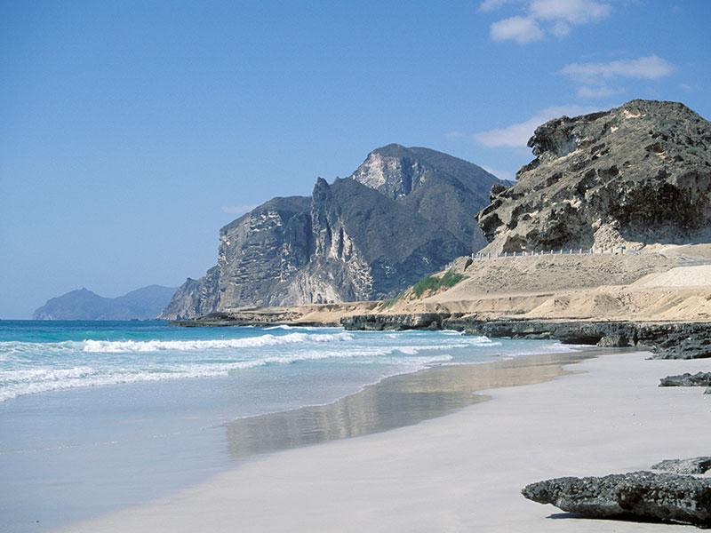 De kustlijn in het noorden van Oman.