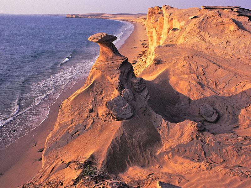 De kustlijn van Oman omvat strand, rotsen fjorden.