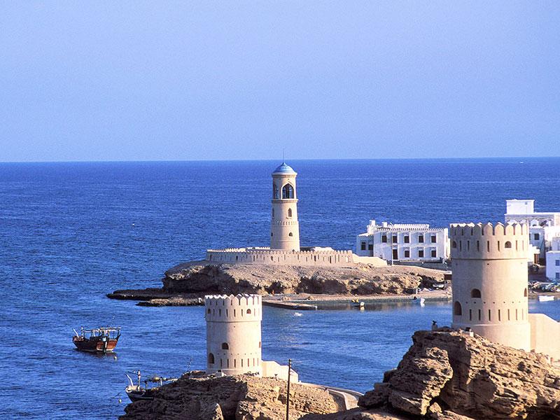 Muscat de hoofdstad van Oman ligt aan zee.