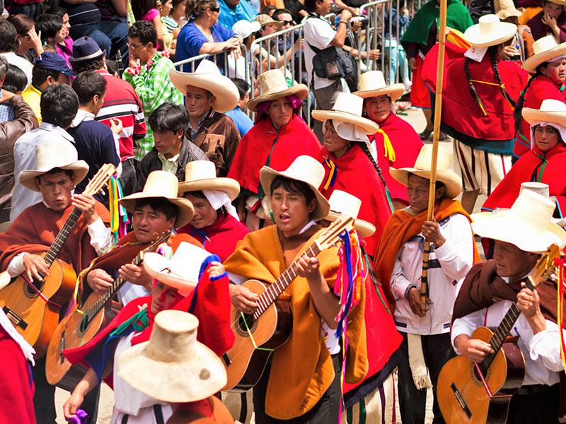 Misschien ziet u tijdens uw reis wel een kleurrijk feest op straat in Peru.