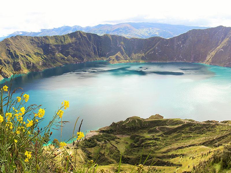 Geniet van het prachtige uitzicht bij de Quilotoa lake en een vulkaan tijdens uw reis in Ecuador.
