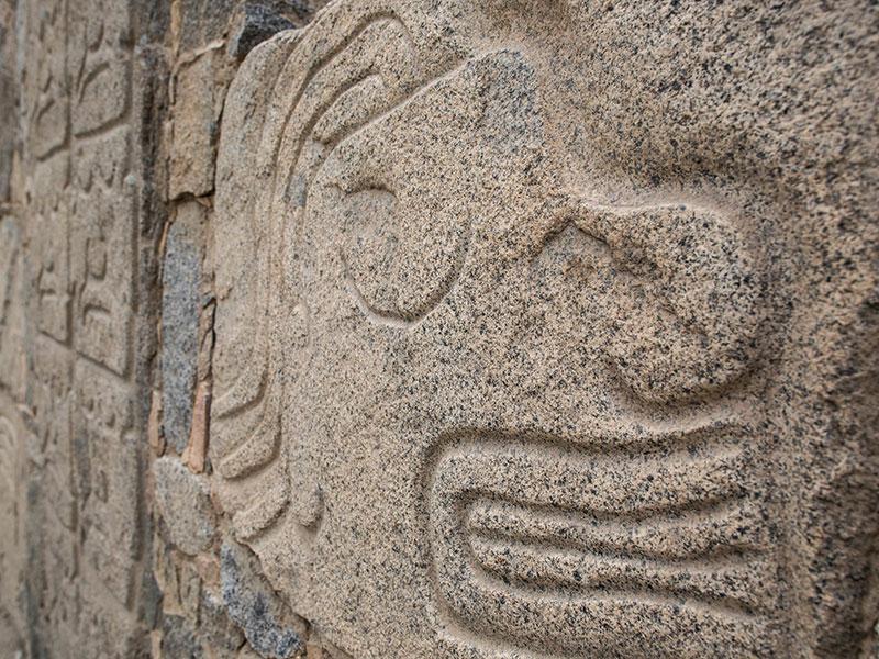 U kunt vele bewerkte stenen zien tijdens uw rondreis bij een Inca opgraving in Peru