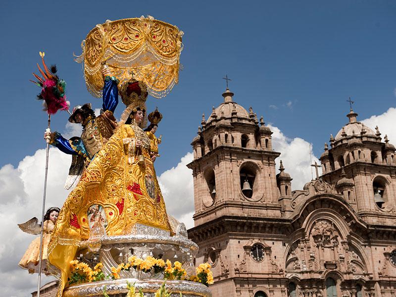 Op rondreis door Peru kunt u naar Cusco gaan. Cusco heeft veel historische gebouwen en pleinen.