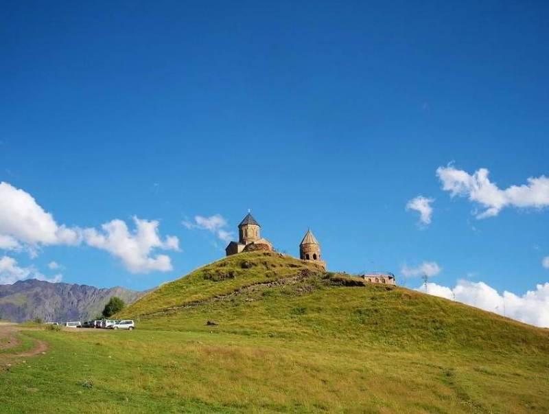 Boven op een heuvel ziet u tijdens uw reis in Georgië de Gergeti trinity kerk.