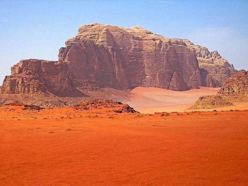 Beschouw de contrasten van de lage zandvlaktes en de hoge bergen tijdens uw autorondreis
