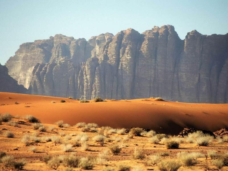 Voel je kleiner worden in de grootse zandvlaktes van Wadi Rum