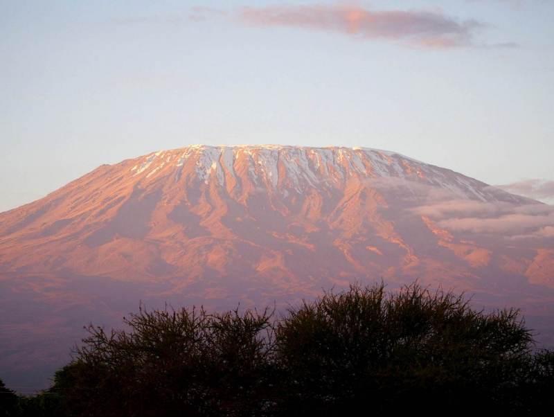 geniet van het uitzicht met de massieve kilimanjaro op de achtergrand in Tanzania