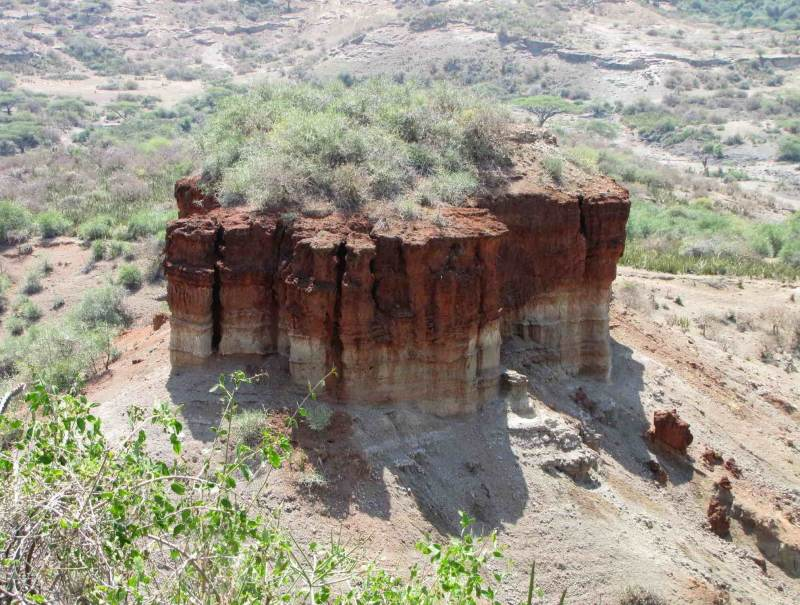 Het vlakke landschap wordt doorbroken door ruwe rotsformaties. Geniet van dit zicht tijdens uw rondreis