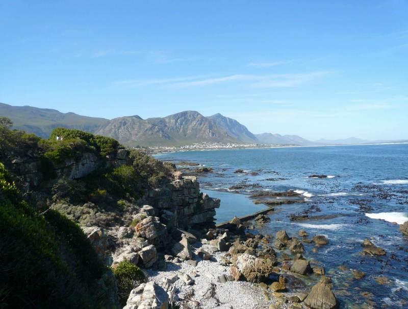 Zuid-Afrika heeft nog veel wilde natuur, net zoals deze stijle kliffen