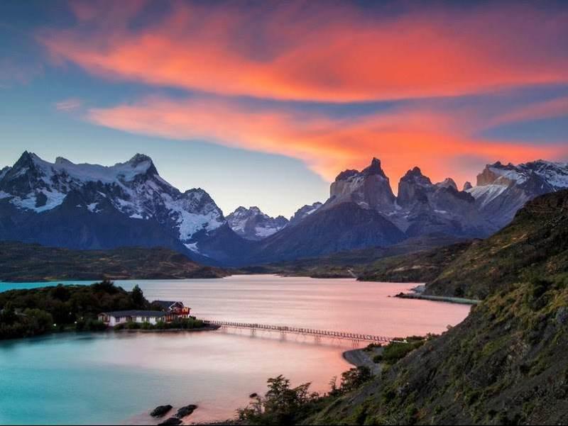 Een mooie omgeving met een meer en bergen op de achtergrond