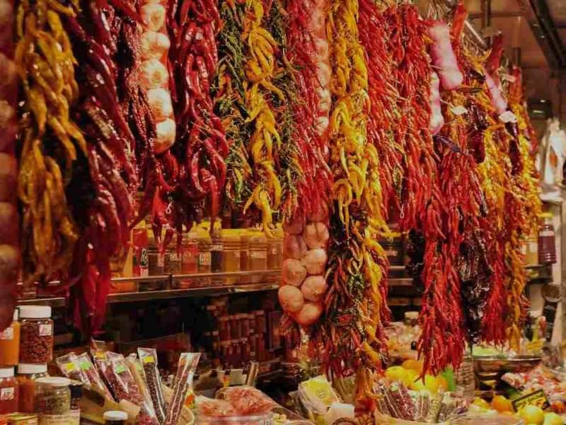 Een martkraam met pepers en kruiden in Chili