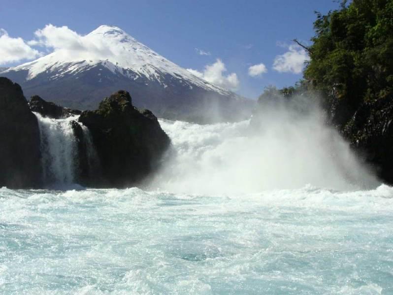 Petrohue met zijn waterval op de voorgrond en gebergte op de achtergrond