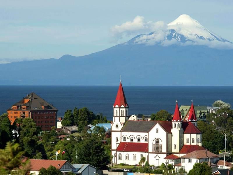 Het dorp Puerto Varas met de kerk op de voorgrond