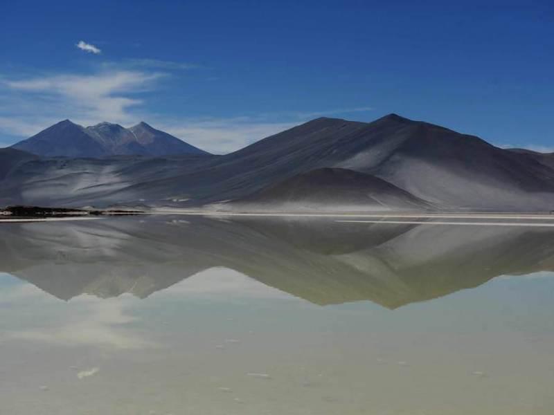 een van de vele mooie wateren in Noord Chili met een gebergte op de achtergrond
