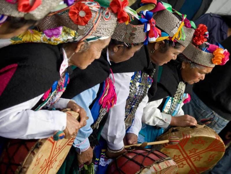 De mapuche bevolking gekleed in hun klederdracht
