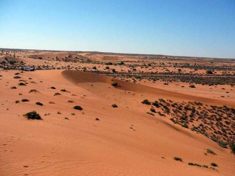 Een woestijn met roodkleurig zand in Botswana