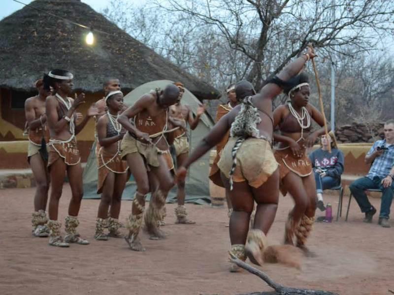 De bevolking van Maun met hun traditionele dans in Botswana
