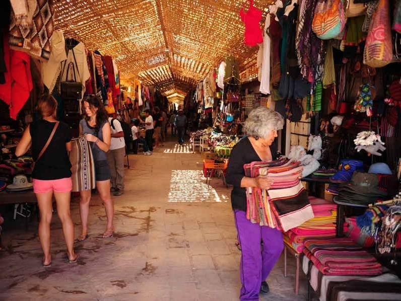 Een markt waar verschillende producten te vinden zijn