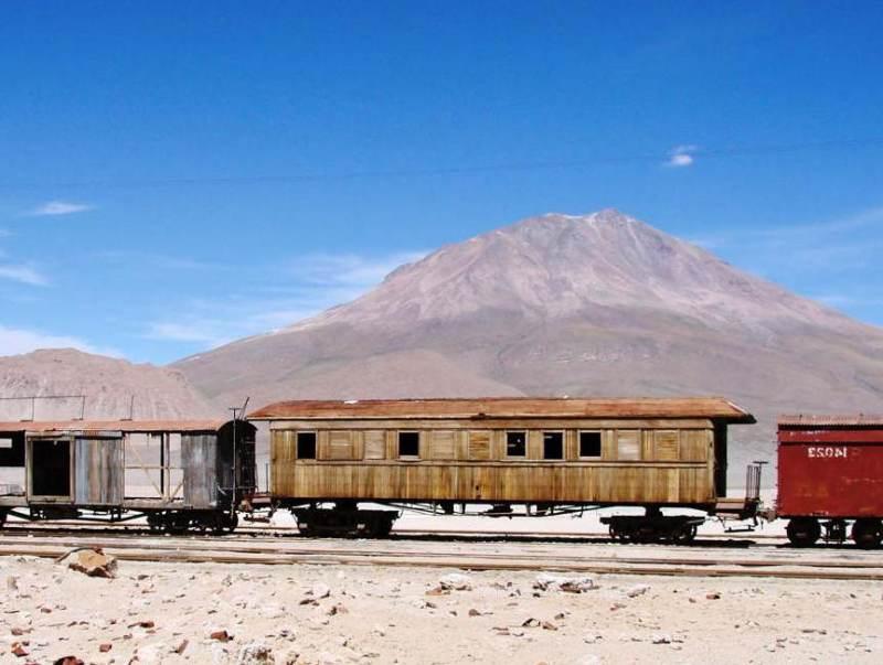 Atacama met een trein op de voorgrond en een berg op de achtergrond