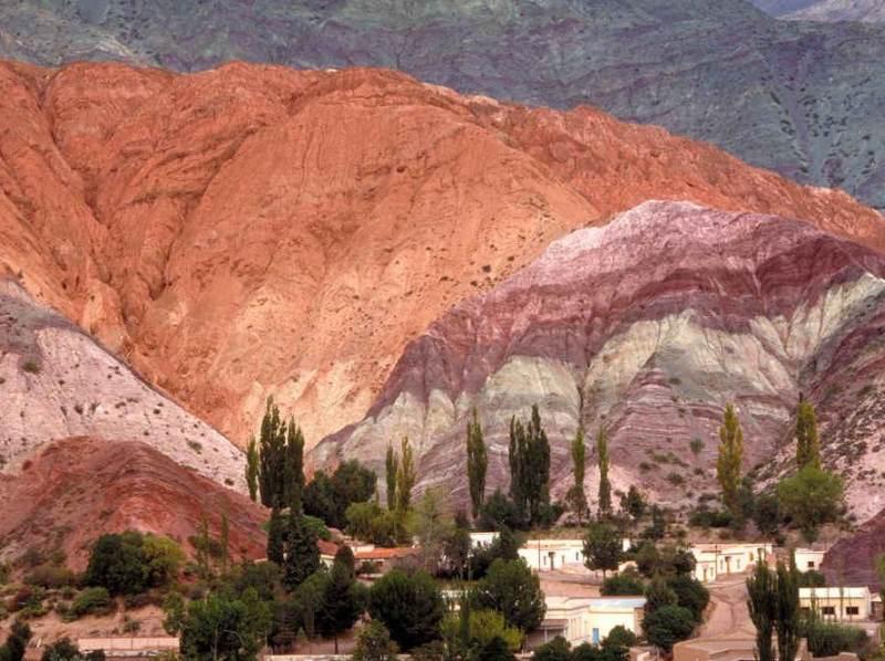 Purmamarca met zijn rode bergen en natuur