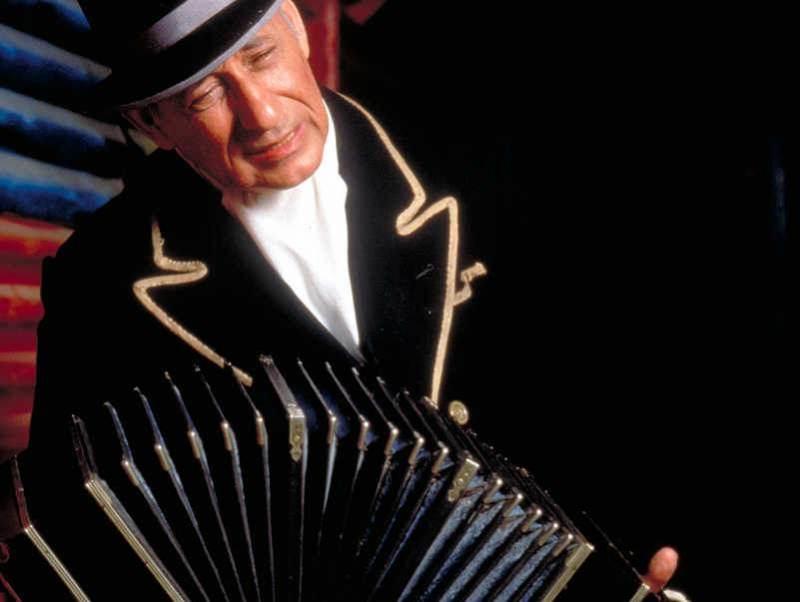 5. Een muzikant die muziek maakt op zijn accordion