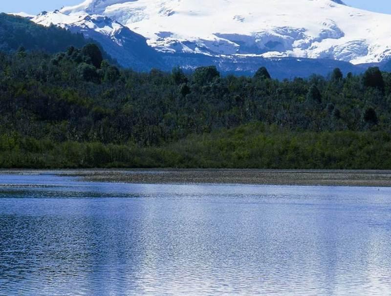 Een meer met bergen op de achtergrond in Bariloche