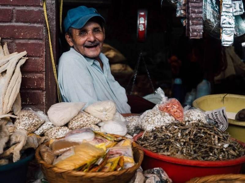 Een meneer uit Chili met kruiden op zijn tafel