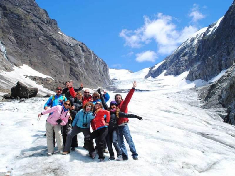 Toeristen die poseren op een sneeuwgebergte in Patagonië