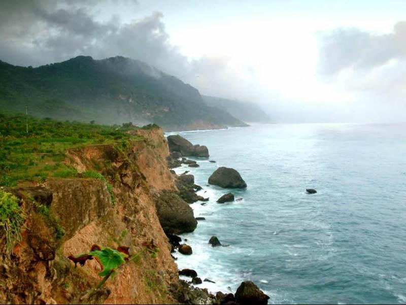 De kustlijn in het zuiden van Oman