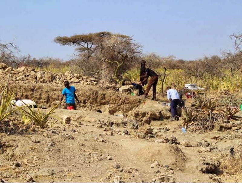 U ziet hier een aantal inwoners van Tanzania die hard aan het werk zijn