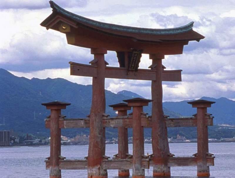 In Japan gaat u tijdens uw rondreiis Itsukushima Shrine bezoeken.