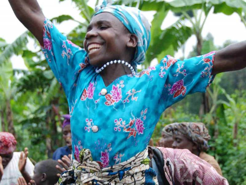 In Oeganda heeft de bevolking zijn eigen dansstijl en klederdracht.