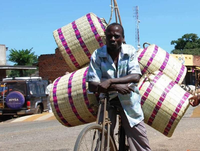 Oeganda telt vele inwoners, hierbij ziet u een inwoner op een fiets.