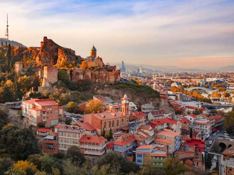 de hoofdstad van georgië is tbilisi met vele moderne trekjes.