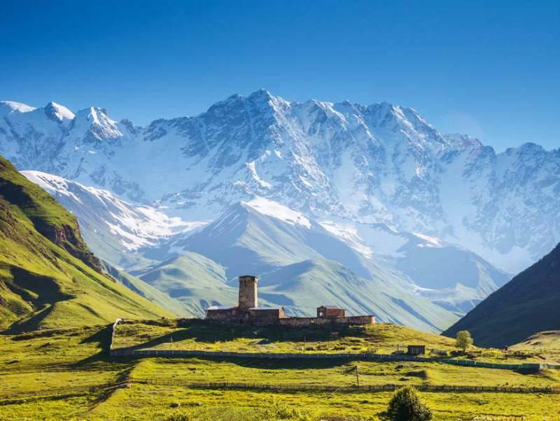 ushguli is een klein dorp gelegen aan de voet van het kaukasus gebergte.
